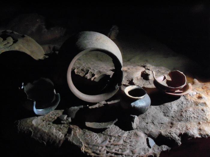Actun_tunichil_muknal-pottery_Jkoleki (Wikicommons)